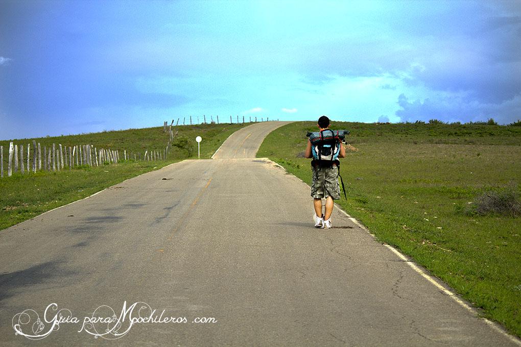 Jhon caminando por la ruta al desierto de la Tatacoa