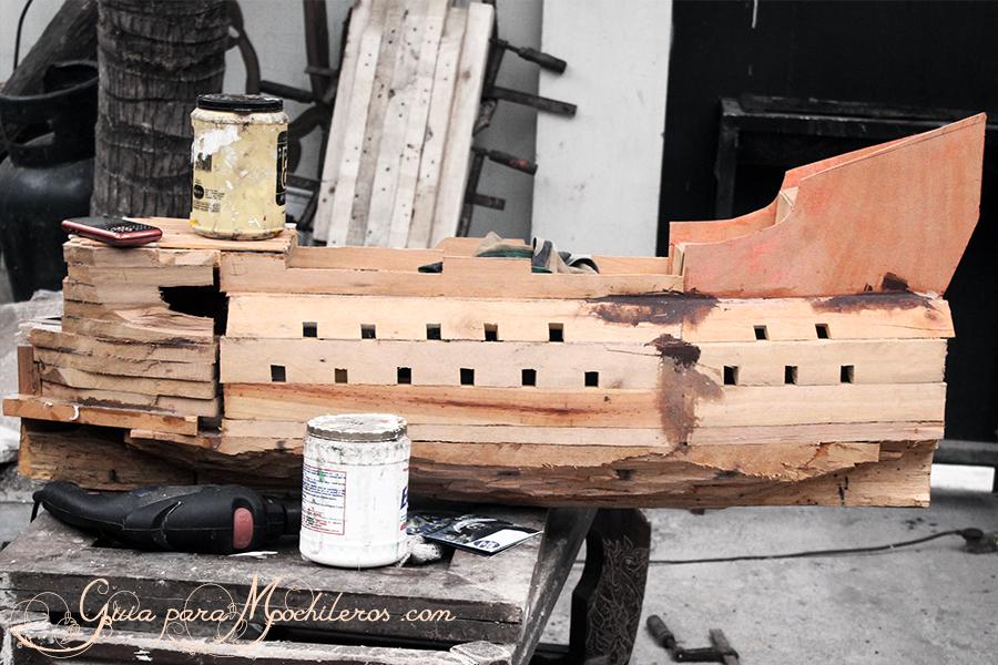 Construcción de una maqueta de barco realizada en el Monkey hostel