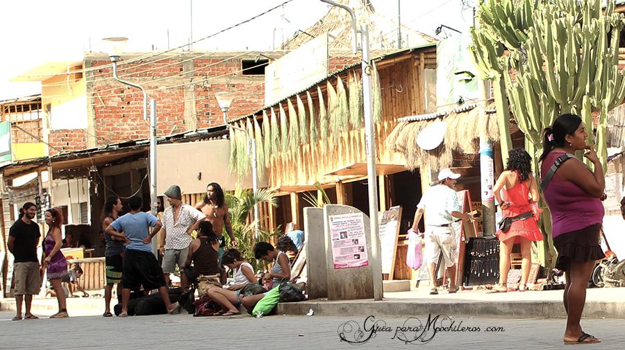 Calle hacia el mar en Máncora, Perú