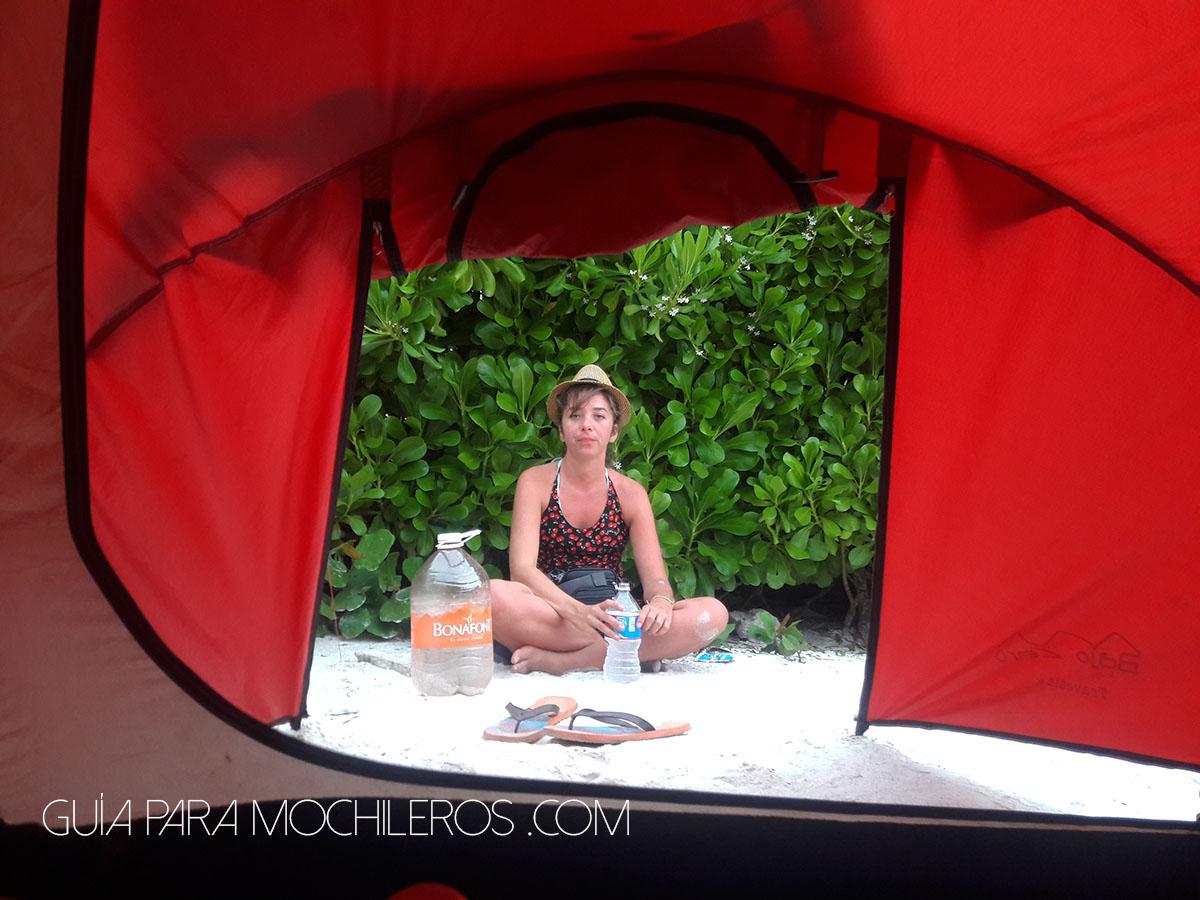 Mochilera acampando